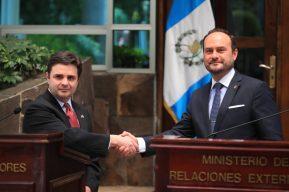 Enviado especial de EE. UU. dice que fronteras de su país están cerradas e insta a guatemaltecos a no migrar