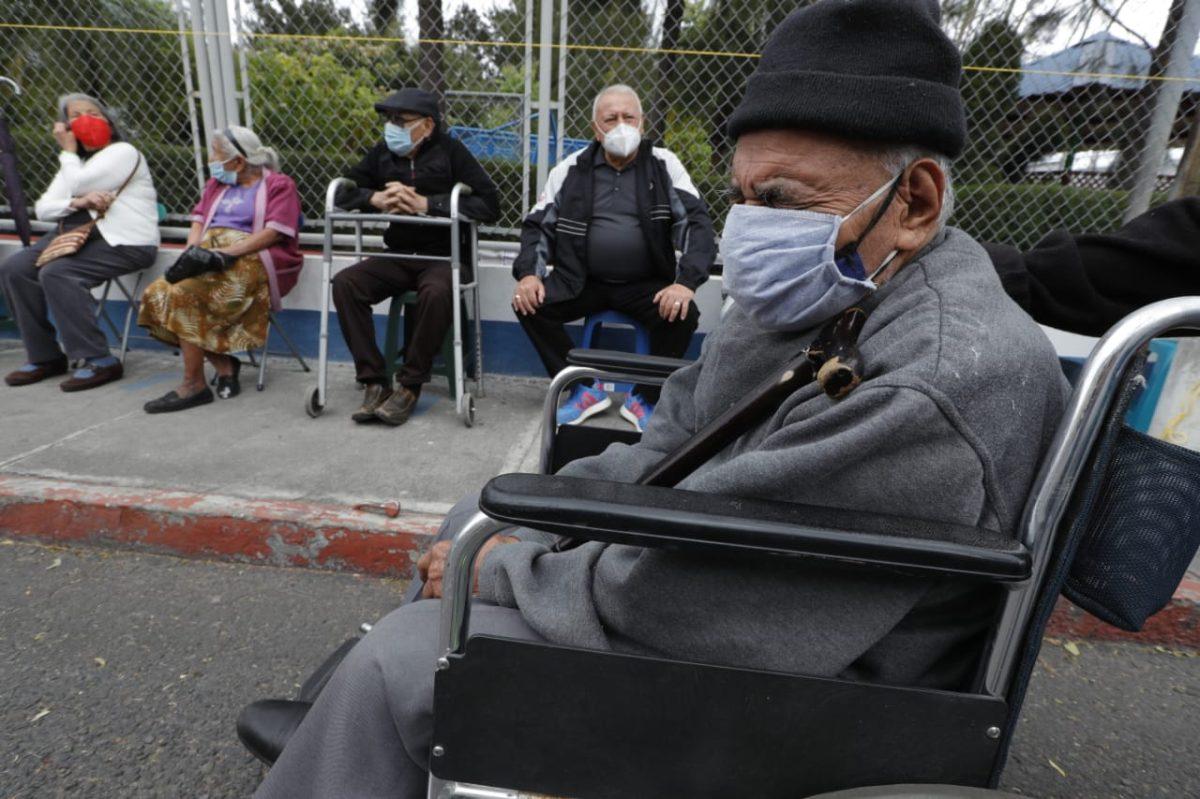 Sigue descontrol e incertidumbre por vacunación a adultos mayores