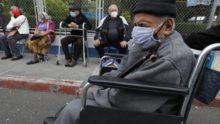 Sigue descontrol e incertidumbre por vacunación a adultos mayores – Prensa Libre