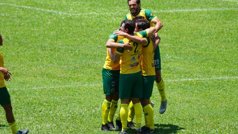 Los jugadores de Guastatoya festejan con Wilson Pineda el gol de la victoria contra Cobán Imperial. (Foto Cortesía AndreNafd).