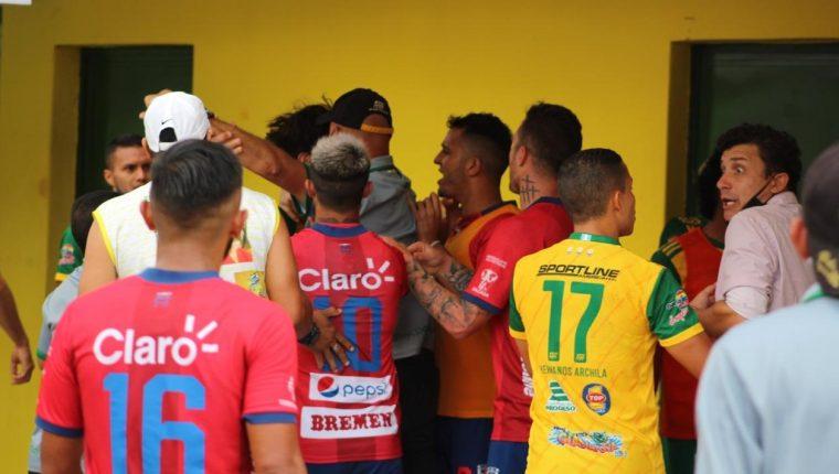 El partido entre Guastatoya y Municipal terminó en una trifulca. (Foto Prensa Libre: Futboleros GT)