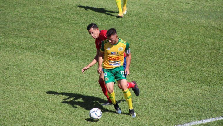 Acción durante el juego entre Guastatoya y Municipal. (Foto Prensa Libre: Cortesía Byron Mendoza)