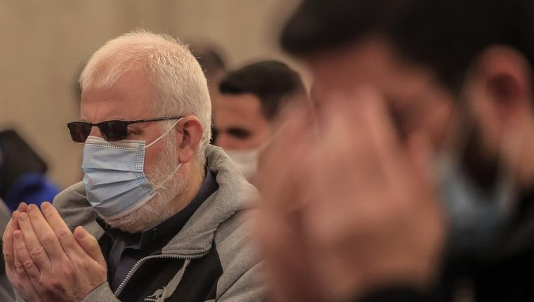 Israel permitirá ir sin mascarilla al aire libre tras ver reducidos los contagios por la vacunación. (Foto Prensa Libre: EFE)