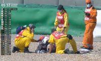 El piloto Jorge Martín es atendido después de caer durante el GP de Portugal. (Foto Redes).