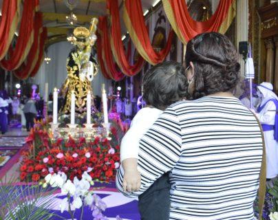 Miles de devotos católicos acuden a la velación de Jesús Nazareno de Candelaria