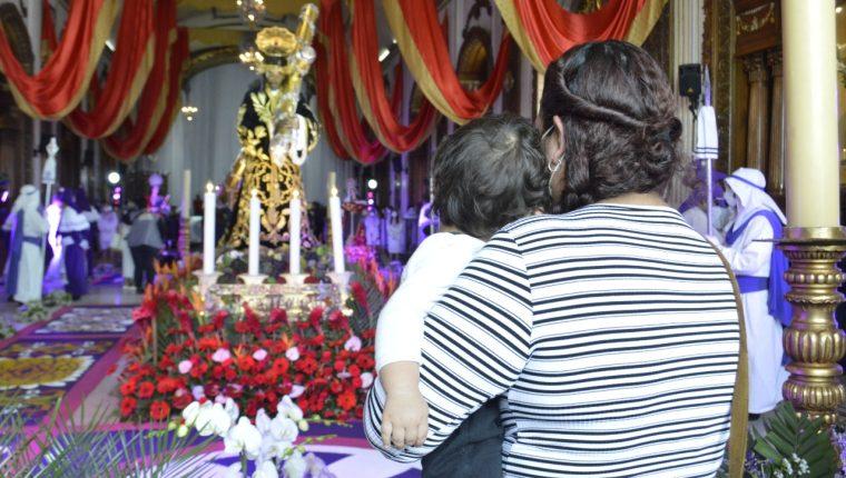 MIles de personas acudieron este Jueves Santo a la Parroquia Nuestra Señora de Candelaria. (Foto Prensa Libre: María René Barrientos)