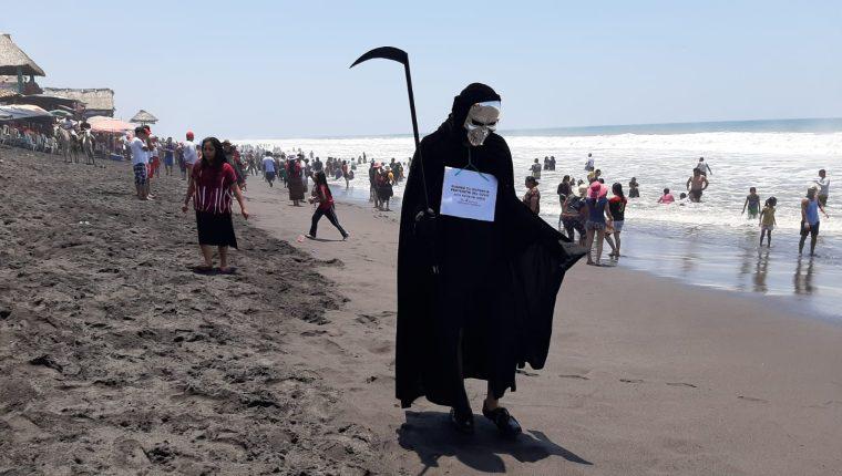 """Joven retalteco decidió ir a las playas de Retalhuleu vestido como """"La muerte"""" para llevar un mensaje sobre el coronavirus. (Foto Prensa Libre: Victoria Ruiz)"""