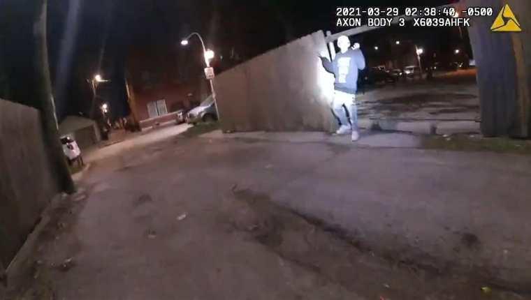 Captura de pantalla de un video de la Policía de Chicago donde se muestra al joven Adam Toledo, de 13 años, con las manos en alto durante una persecución policial ocurrida el pasado 29 de marzo en el barrio hispano de La Villita en Chicago, Illinois. (Foto Prensa Libre: EFE)