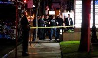 La Policía monta guardia mientras agentes vestidos de civil llegan fuera de un complejo de oficinas tras un tiroteo masivo en Orange, California, Estados Unidos. (Foto Prensa Libre: EFE)