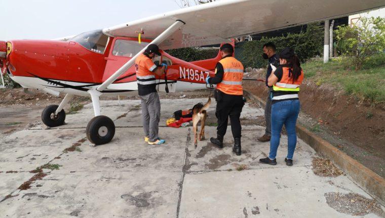 Agentes durante el operativo de incautación de la avioneta a Federico Andrés Machado. (Foto: MP)