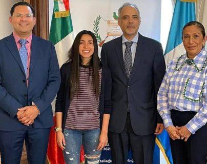 Ana Lucía Martínez disfruta de un momento entre guatemaltecos en Italia