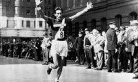 Doroteo Guamuch Flores en el momento que ingresa a la meta en Boston, en 1952. Foto Prensa Libre: Hemeroteca PL.