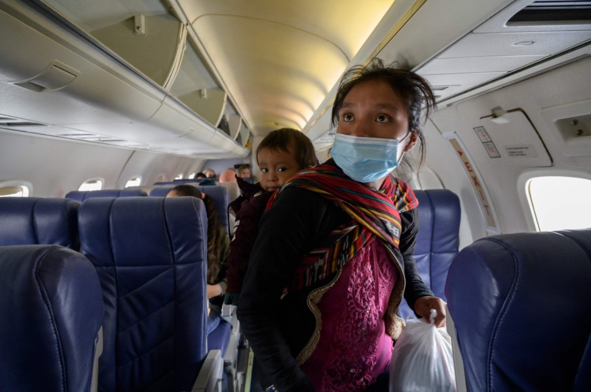 """""""Me vine por mi niño, para darle de comer"""": El viaje en avión de Filomena, una guatemalteca que se reencontrará con su familia en Estados Unidos"""