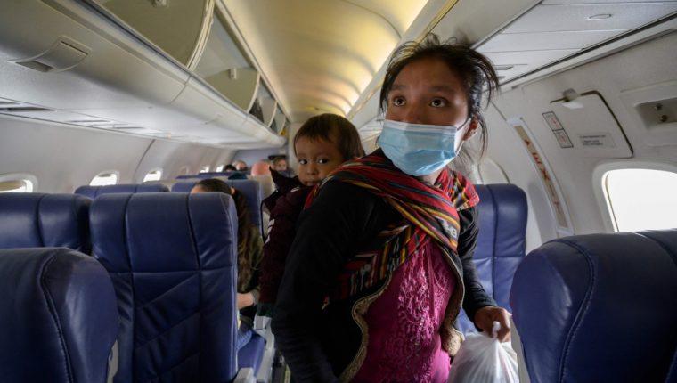 Filomena y su hijo Damián vuelan para reencontrarse con sus padres. (Foto: AFP)