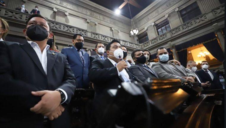 El presidente del Congreso, Allan Rodríguez, junto a diputados de la alianza oficialista exponen su satisfacción por la aprobación de las reformas a la Ley de Contrataciones. (Foto Prensa Libre: Congreso de la República)