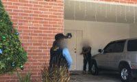 "Agentes de la PNC durante el operativo para capturar a ""el Choper"", jefe del Barrio 18 que vivía en la zona 16 de Guatemala. (Foto Prensa Libre: PNC)"
