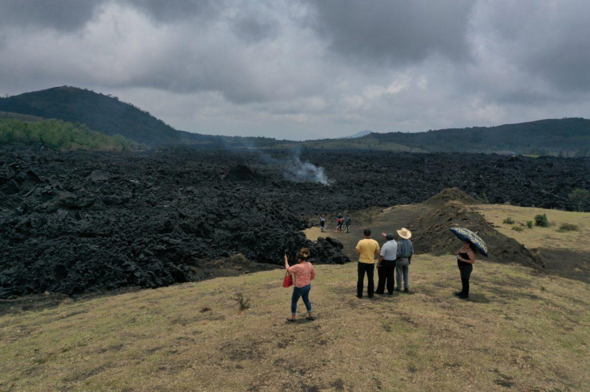 Cuál es la situación de los flujos de lava del volcán de Pacaya que amenazan a comunidades