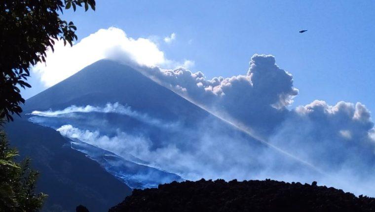 El Insivumeh advierte del riesgo de acercarse al coloso o a los flujos de lava. (Foto: Conred)