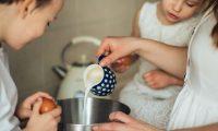 La leche de cabra es posible consumirla sola o bien utilizarla en diferentes recetas.  (Foto Prensa Libre: Elly Fairytale/Pexels)