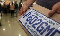 Las licitaciones para placas metálicas para vehículos terrestres han tenido varios cambios y tropiezos en los últimos años. (Foto, Prensa Libre: Hemeroteca PL).