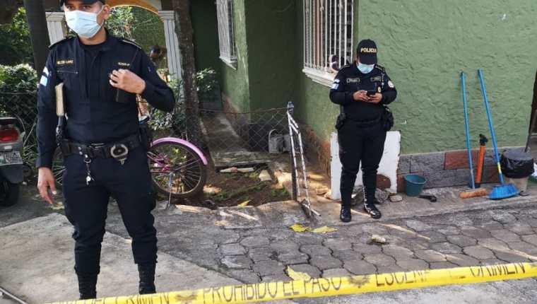 Escena del crimen en cantón Los Patos, zona 4 de Retalhuleu, en donde un hombre murió y su esposa quedó herida luego de una disputa de pareja. (Foto Prensa Libre: Victoria Ruiz)