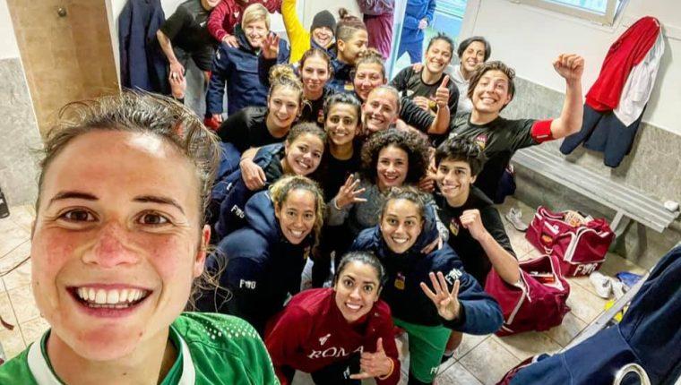 Las jugadoras de la Roma CF durante el selfie de la victoria, luego de superar al Perugia. (Foto Roma CF).