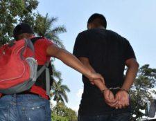 El sospechoso de violación es conducido por un investigador policial. (Foto: Policía Nacional Civil)