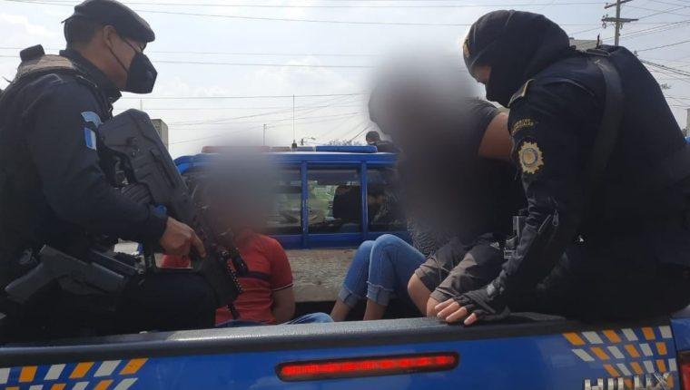 Cuatro hombres y una mujer que supuestamente habían secuestrado a una mujer en Ciudad Quetzal, fueron detenidos por la PNC. (Foto Prensa Libre: PNC)