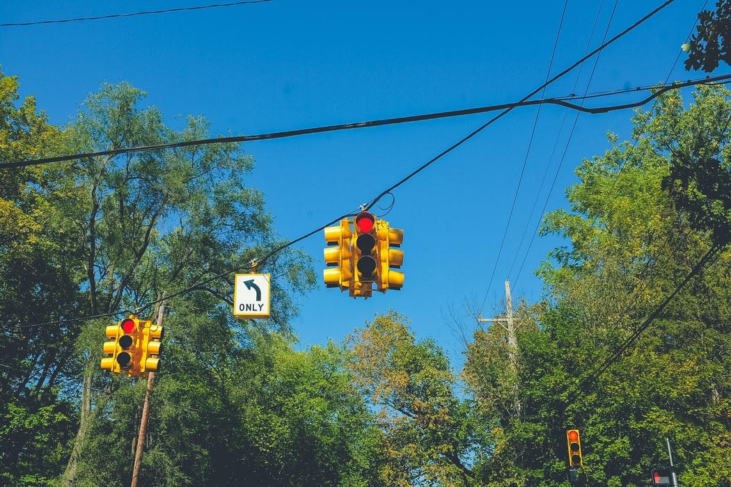 Efecto resaca: ver el teléfono durante el semáforo en rojo puede ser causa de accidentes