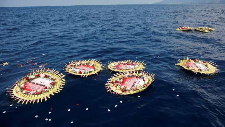 Coronas de flores con los nombres de la tripulación del submarino de la Armada indonesia KRI Nanggala que se hundió con 53 personas a bordo. (Foto Prensa Libre: EFE)
