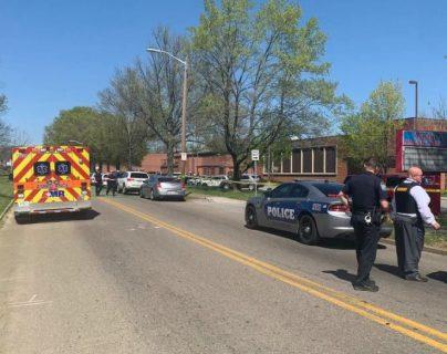 """""""Es una situación trágica"""": balacera deja un policía herido y un estudiante abatido en EE. UU."""