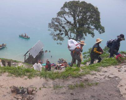 Un grupo de turistas permaneció incomunicado en Laguna Brava, Huehuetenango, debido a las lluvias que dañaron el camino para salir del lugar. (Foto Prensa Libre: Mike Castillo)