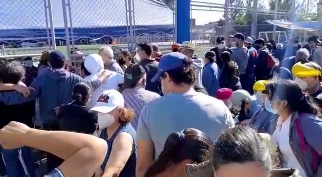 Personas llegaron a centros como el polideportivo del Barrio Gerona, zona 1, en búsqueda de la aplicación de la dosis de la vacuna contra el covid-19. Foto: Cortesía