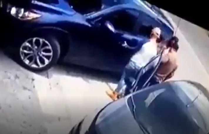 En 30 segundos: Dos delincuentes sorprenden a mujer y roban vehículo