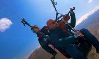 Hombre vuela en parapente y toca violín. (Foto Prensa Libre: Tomada de YouTube/CatersClips)