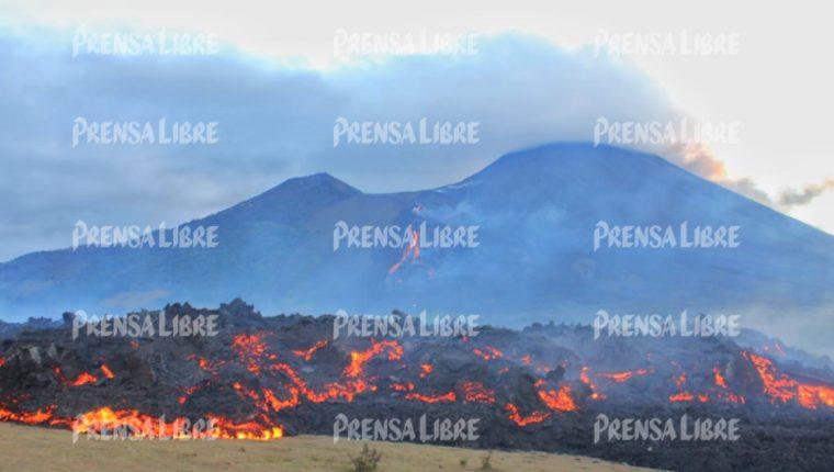 Pobladores de El Patrocinio aseguran que el flujo de lava está muy cerca de las primeras viviendas. (Foto Prensa Libre: Antonio Ixcot)