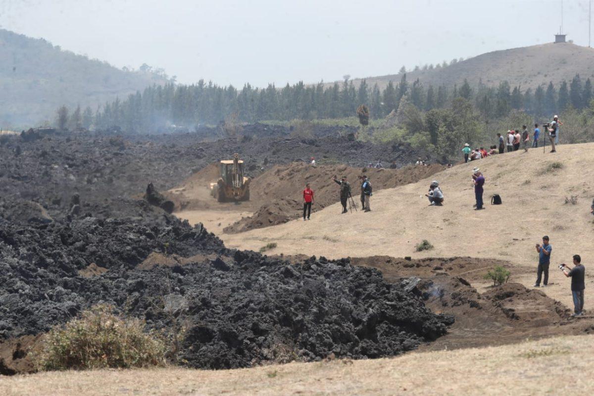 Ejército desvía con maquinaria el flujo de lava del Pacaya, que se acerca a comunidades