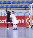 Pablo González, jugador de la Selección de Futsal de Guatemala, celebra con todo el cuarto gol de la Bicolor. Al final ganaron 4-2. Foto Prensa Libre: Fedefut