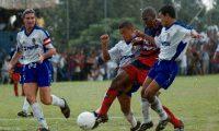 Mario Acevedo es presionado por Hugo Guerra y Édgar Herrera, en juego del torneo Clausura 2001. (Foto Prensa Libre: Hemeroteca PL)