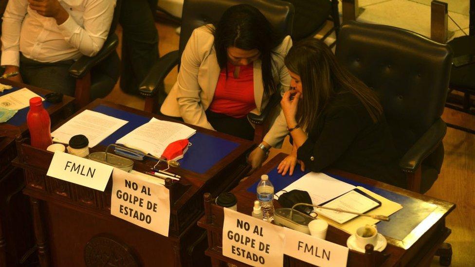 El Salvador: la respuesta de los jueces destituidos por la Asamblea controlada por Bukele (y las duras críticas de EE.UU. y la comunidad internacional)