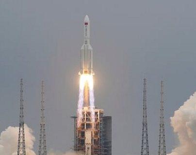 """La preocupación por el cohete chino cuyos restos caerán sin control sobre la Tierra (y por qué el riesgo de que lastimen a alguien es """"extremadamente"""" bajo)"""