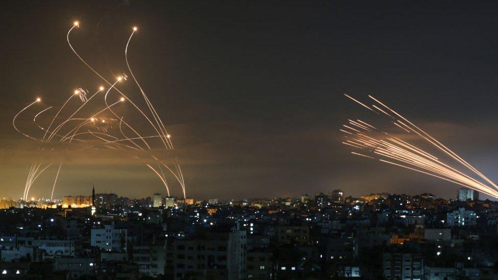 """Conflicto israelí-palestino: la impresionante foto que muestra la lucha entre el """"domo de Hierro"""" de Israel y los misiles de Hamás"""