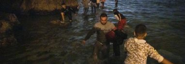 Los migrantes aprovecharon la marea baja para intentar cruzar la frontera. Entre ellos, se encontraban cientos de menores de edad.