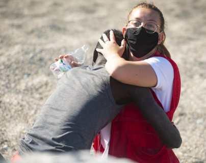 Ceuta: la historia de la imagen que captura la crisis migratoria (y la violenta reacción que generó en redes sociales)