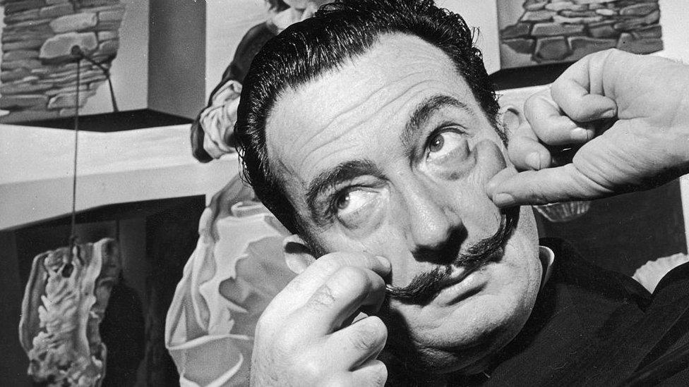 El día que Salvador Dalí le contó a la BBC el secreto de cómo mantenía su bigote