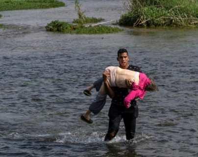 La historia detrás de la dramática foto de una anciana venezolana que cruzó en brazos de un joven el río Bravo desde México a EE.UU.