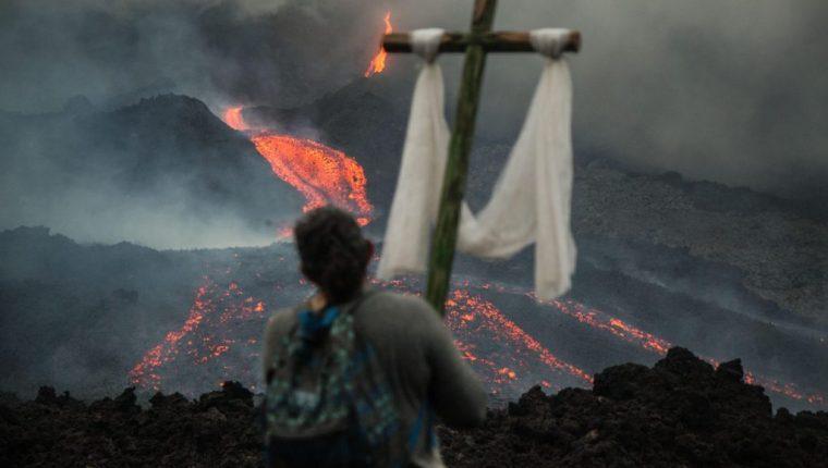 Los pobladores han organizado procesiones y rezos para que cese la actividad del coloso, que pone en riesgo a las comunidades más cercanas. (Foto Prensa Libre: EFE)