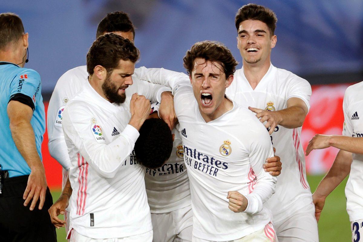 El Real Madrid supera al Osasuna y se aferra a la Liga española