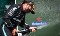 -FOTODELDÍA- Portimao (Portugal), 02/05/2021.- El piloto de Fórmula Uno británico Lewis Hamilton, de Mercedes-AMG Petronas, celebra en el podio tras ganar el Gran Premio de Portugal de Fórmula Uno de 2021 en el Autodromo Internacional do Algarve cerca de Portimao, Portugal, 02 de mayo de 2021. (Fórmula Uno) EFE/EPA/JOSE SENA GOULAO