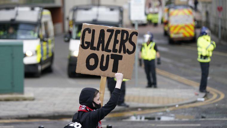 Los aficionados del Manchester United mostraron su enojo hacia la familia Glazer. (Foto Prensa Libre: EFE)